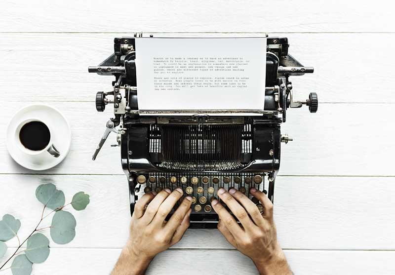 Una Macchina da scrivere delle mani che scrivono un articolo ABA sull'Autismo