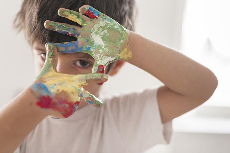 Bambino mani dipinte con autismo in abruzzo